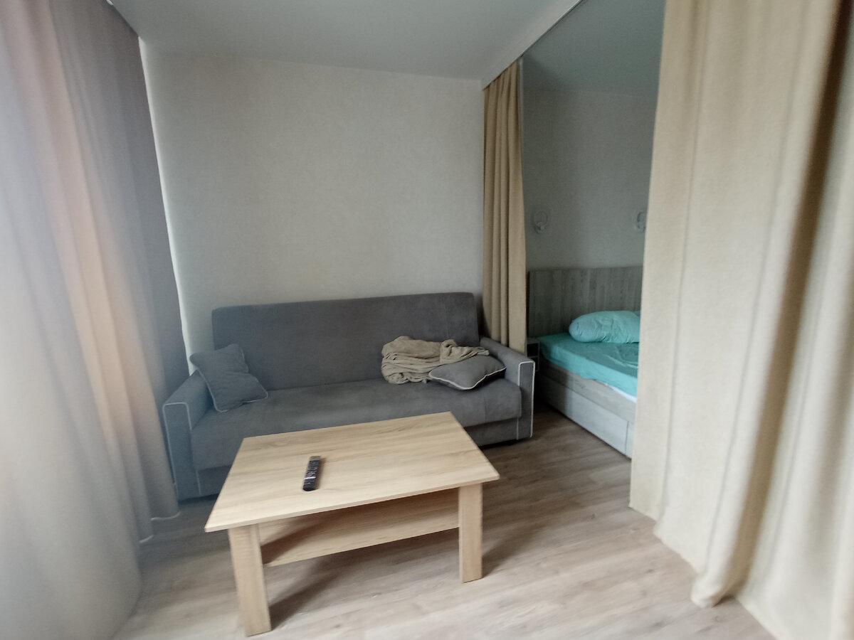 Красивый способ уместить в маленькой однушке и кровать и гостиную зону. Реальная квартира
