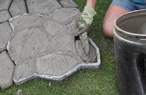 Изготовление плитки садовой дорожки своими руками. Садовая дорожка с формами своими руками: подготовка формы, литье плитки, установка и обслуживание