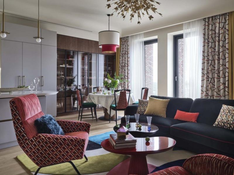 Квартира, в которой он поселился летом, 140 м²