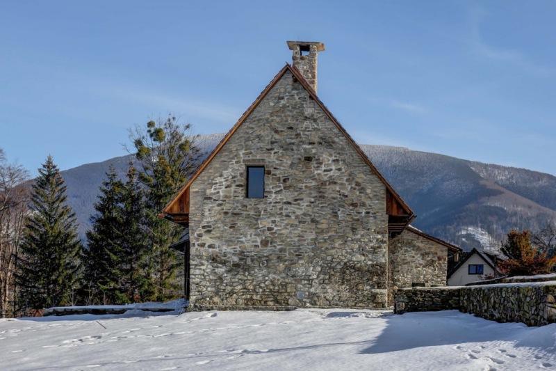 Здание гостиницы в старинном амбаре в Чехии