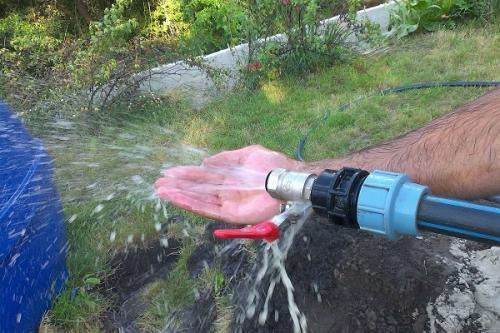 Пробурена скважина, вода быстро вытекает. ПОТОМУ ЧТО В СКВАЖИНЕ НИЗКОЕ ВОДЫ