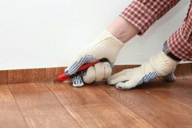 Как застелить линолеум в комнате с мебелью?!