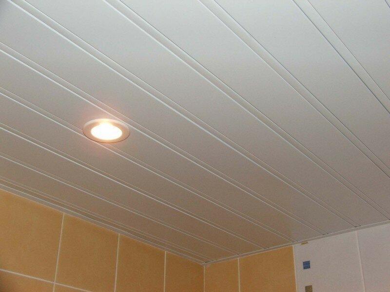 Реечный подвесной потолок для ванной