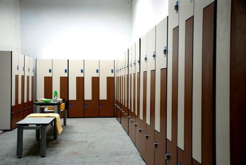 Шкафчики для хранения в раздевалках. Шкафчики для раздевалок