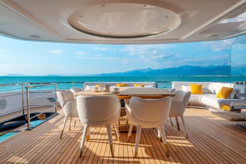 Современная яхта Azimut Benetti с интерьером от Акилле Сальвани